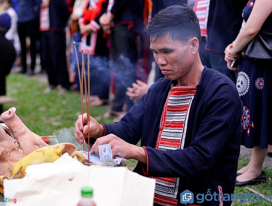 Ở một mâm lễ khác, thầy mo chuẩn bị thủ lợn, một con gà và vài nén nhang thắp hương trước khi lễ hội nhảy lửa bắt đầu (Ảnh: Internet)