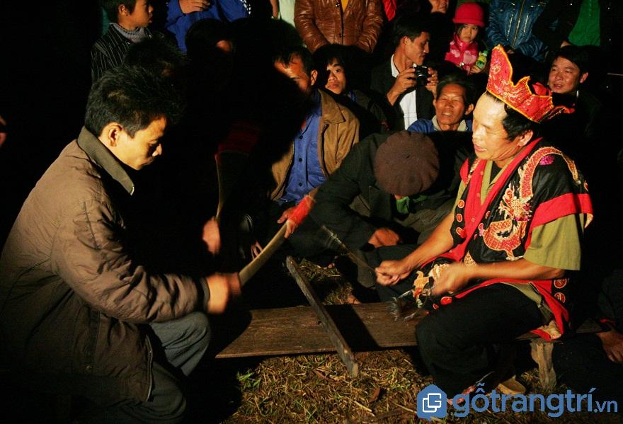 """Những người tham gia lễ hội nhảy lửa sẽ được thầy mo làm lễ """"nhập đồng"""" (Ảnh: Internet)"""