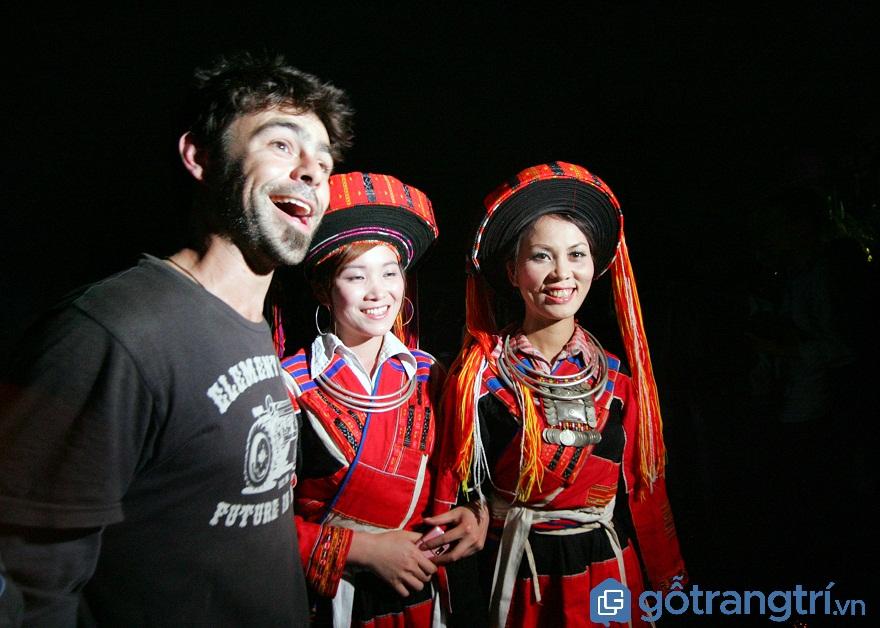 Du khách nước ngoài thích thú với lễ hội nhảy lửa của người Pà Thẻn.(Ảnh: Internet)