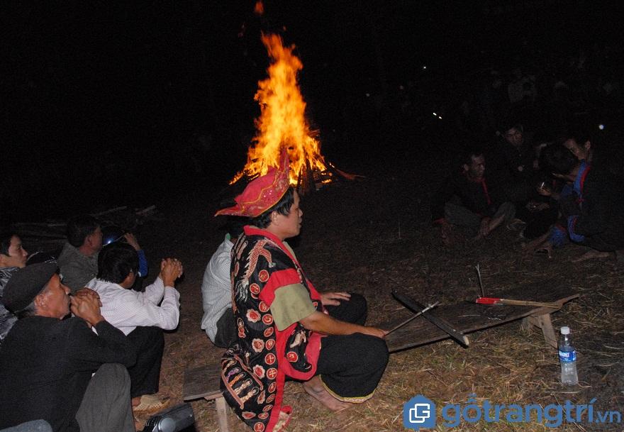 Thầy mo đang làm lễ cầu thần linh trước khi vào lễ hội nhảy lửa (Ảnh: Internet)