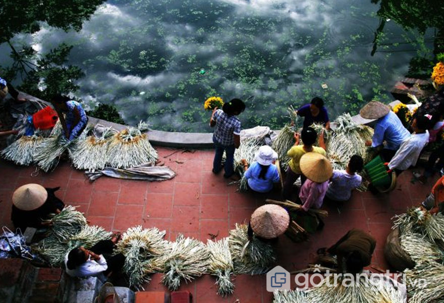 Nghề làm nón làng Chuông giúp người dân có thêm thu nhập - Ảnh: Internet