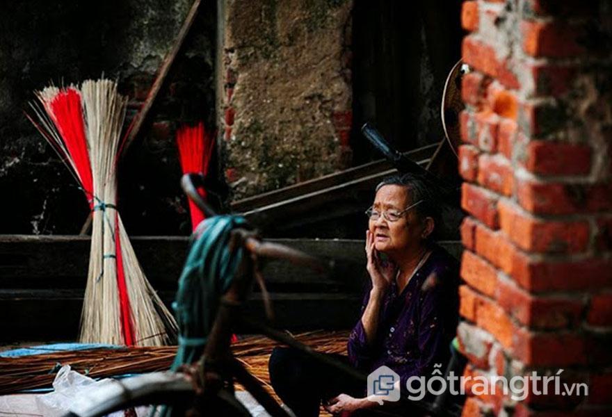 Cái đói khiến người làm nón làng Chuông không còn tha thiết với nghề - Ảnh: Internet