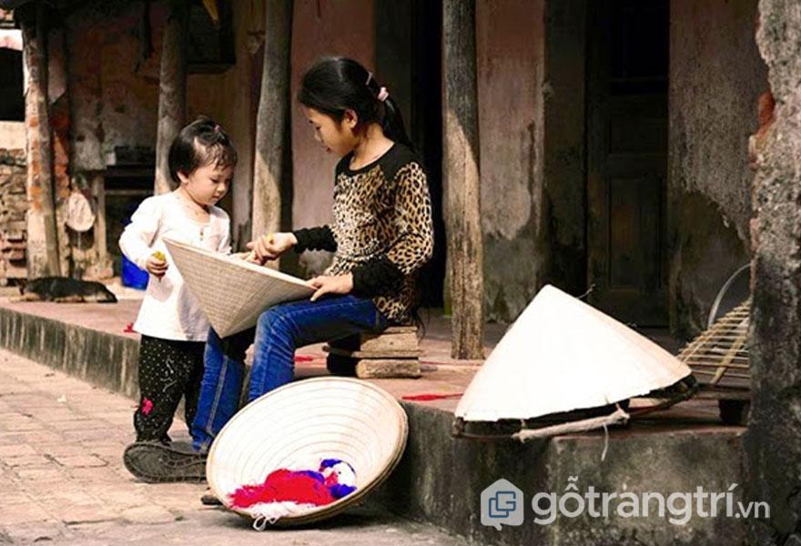 Nghề làm nón làng Chông nguồn sống nuôi dân làng hơn 500 năm có lẻ - Ảnh: Internet