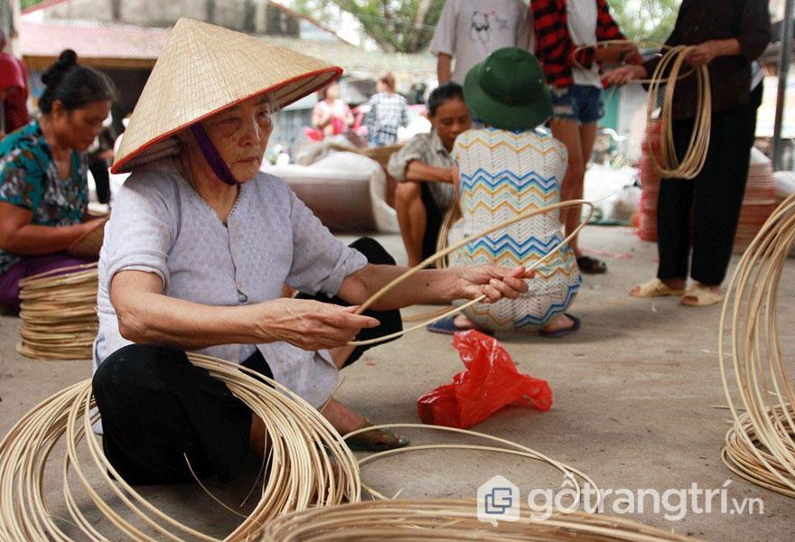 Vòng nón làng Chuông làm bằng cật nứa được uốn tròn đều - Ảnh: Sưu tầm