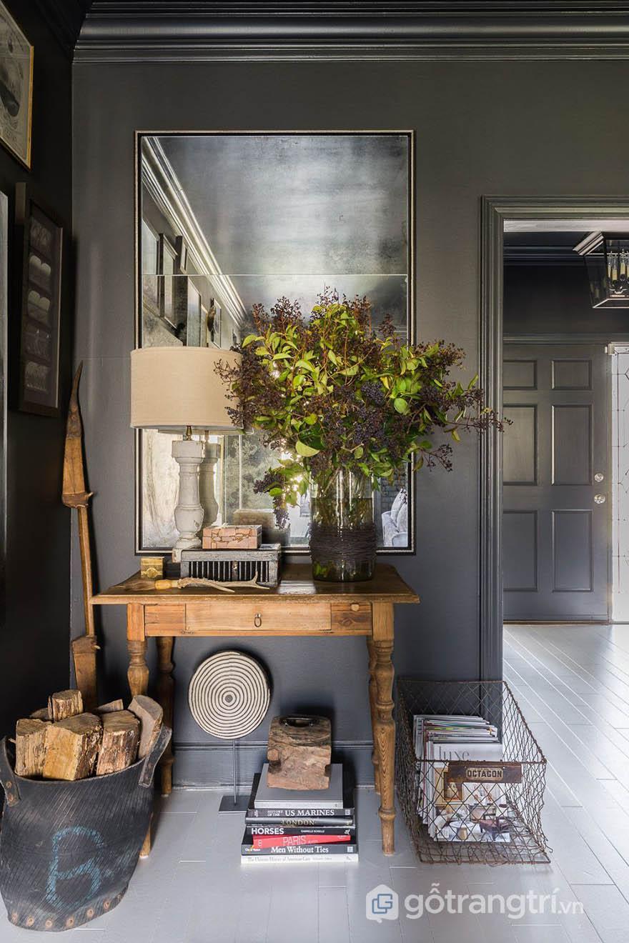 Bộ sưu tầm những đồ vật độc đáo trong trang trí nội thất của căn hộ phong cách Tudor (ảnh Alyssa Rosenheck)