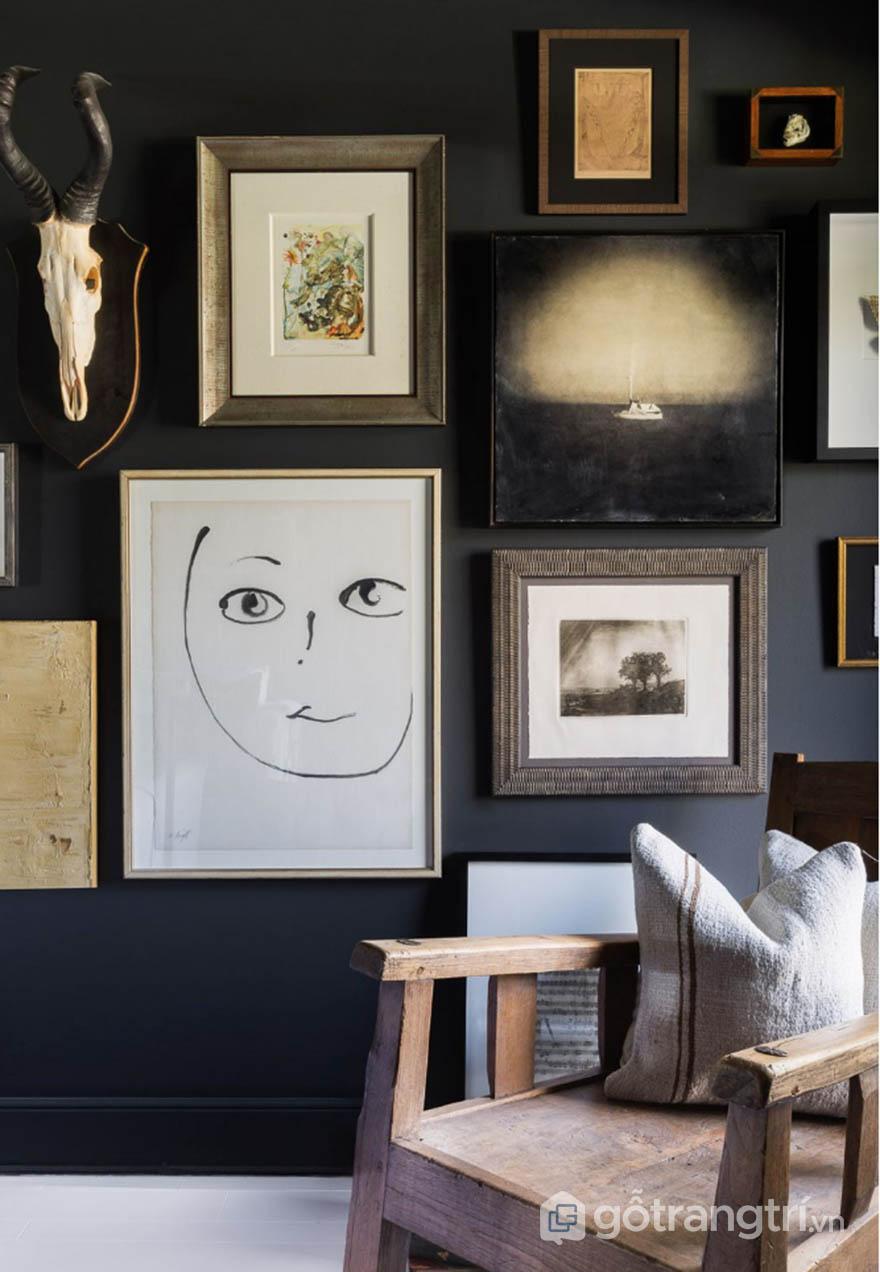 Không gian căn hộ theo phong cách Tudor với những khung tranh treo tường ấn tượng (ảnh Alyssa Rosenheck)