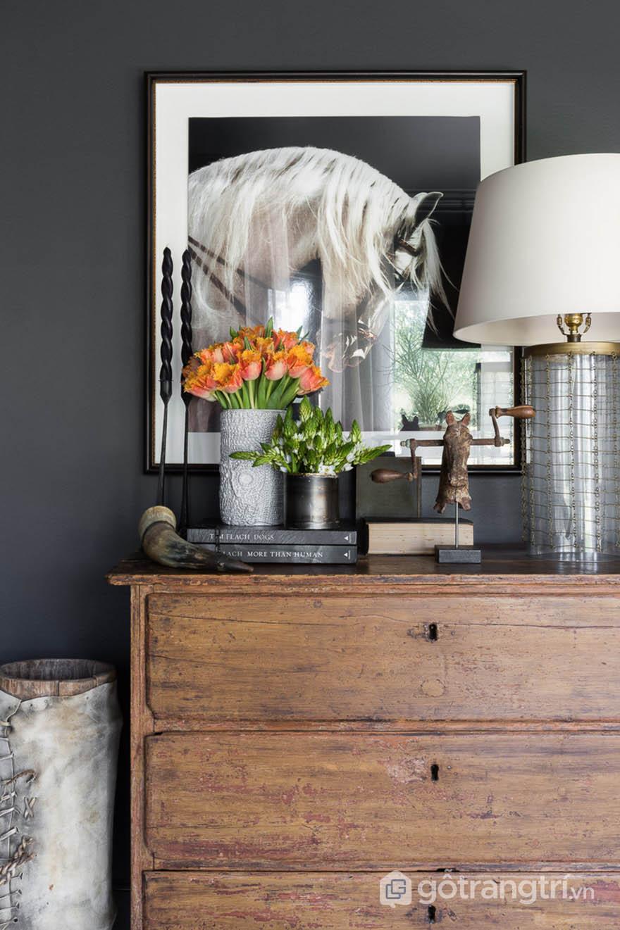 Bức tường sơn màu xám đen trong thiết kế căn hộ phong cách Tudor (ảnh Alyssa Rosenheck)