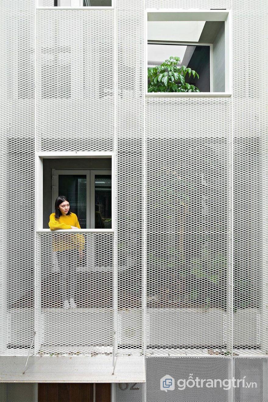 Lưới thép đục lỗ được ốp mặt tiền nhà ở trông khá nhẹ nhàng và tinh tế - Ảnh: Internet