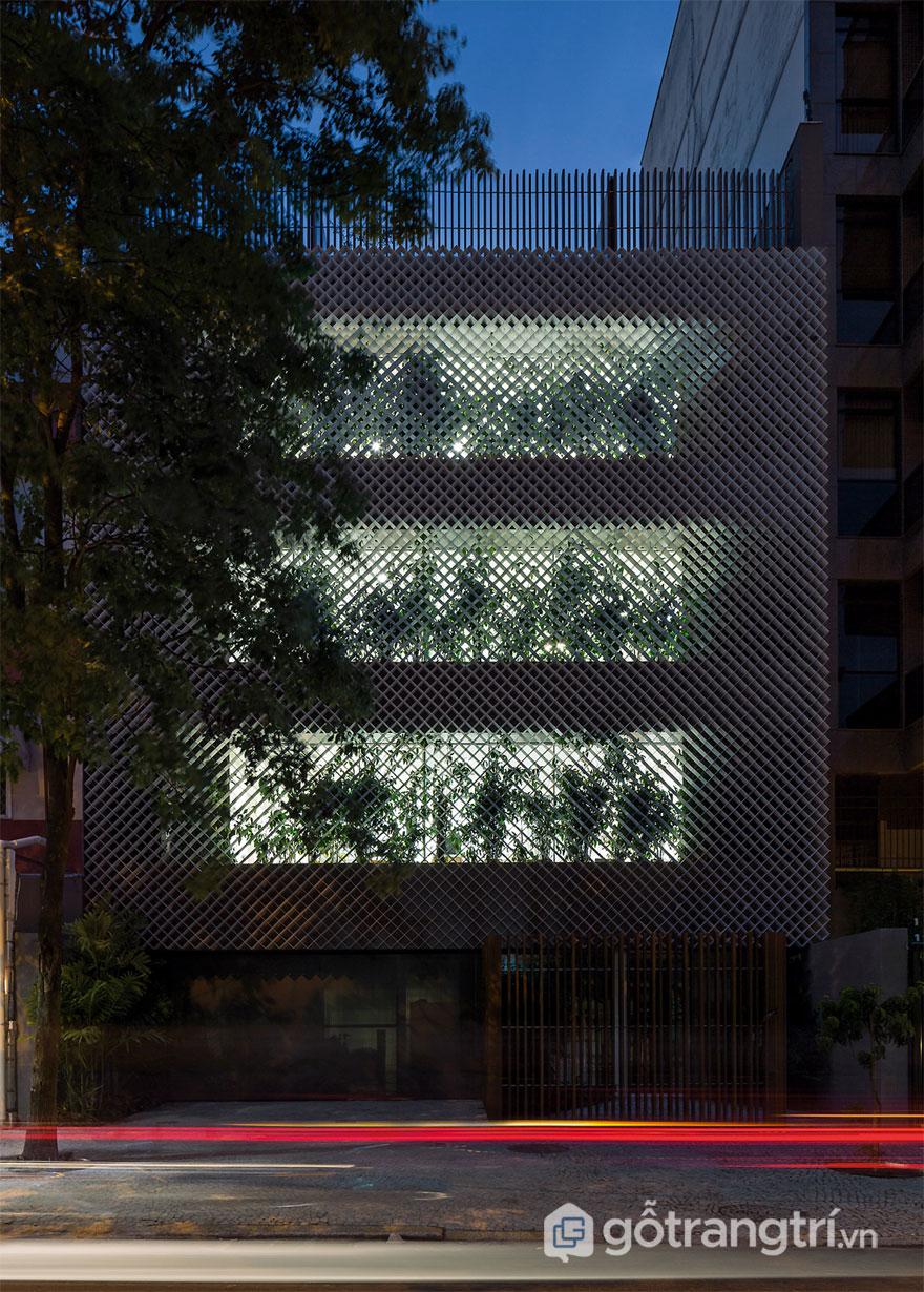 Thép đục lỗ trang trí dường như là lá chắn bảo vệ an toàn về đêm - Ảnh: Internet