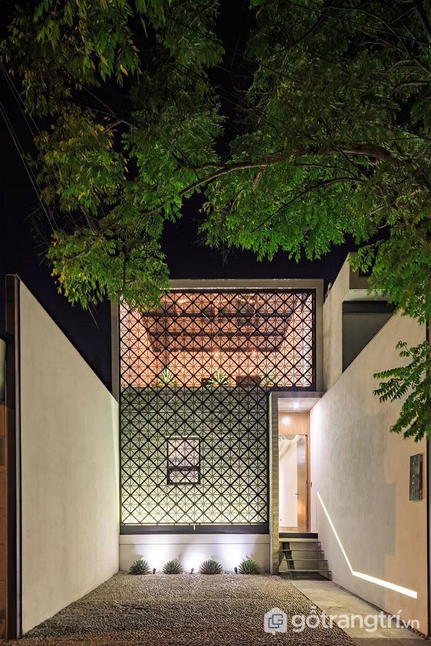 Những tấm lưới thép đục lỗ ốp mặt tiền tạo ra hiệu ứng đèn lồng trang trí vào ban đêm - Ảnh: Internet