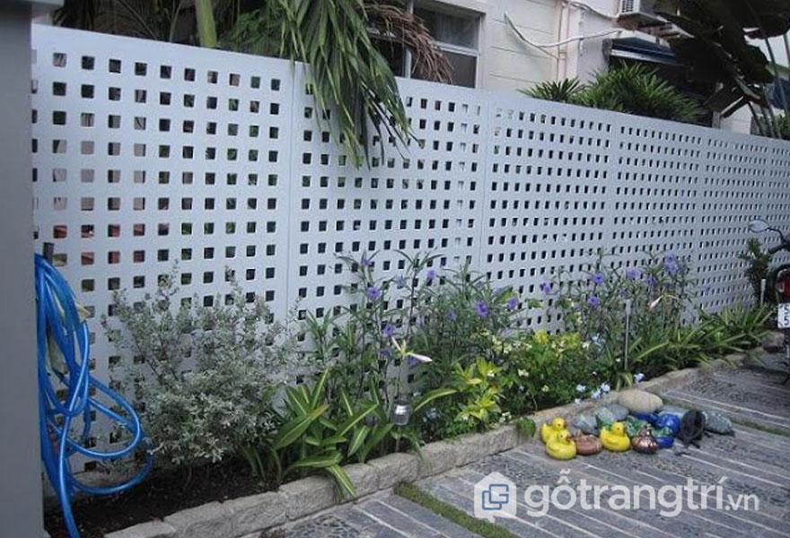 Hàng rào được che chắn bởi tấm lưới thép đục lỗ màu trắng khá bắt mắt - Ảnh: Internet