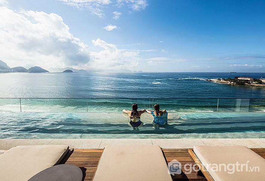 Bể bơi trên cao của khách sạn (ảnh: ELLE DÉCOR)