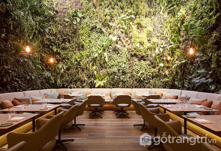 """Những mảng thực vật """"xanh"""" bao bọc xung quanh bức tường của nhà hàng (ảnh: ELLE DÉCOR)"""