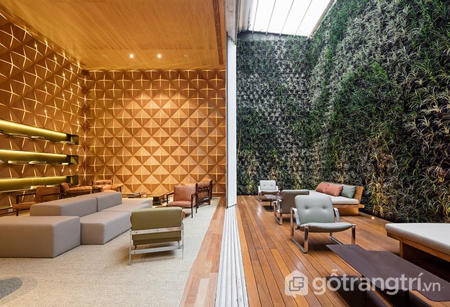 Thư viện riêng mở ra một khoảng sân riêng biệt đầy thảm thực vật nhiệt đới (ảnh: ELLE DÉCOR)
