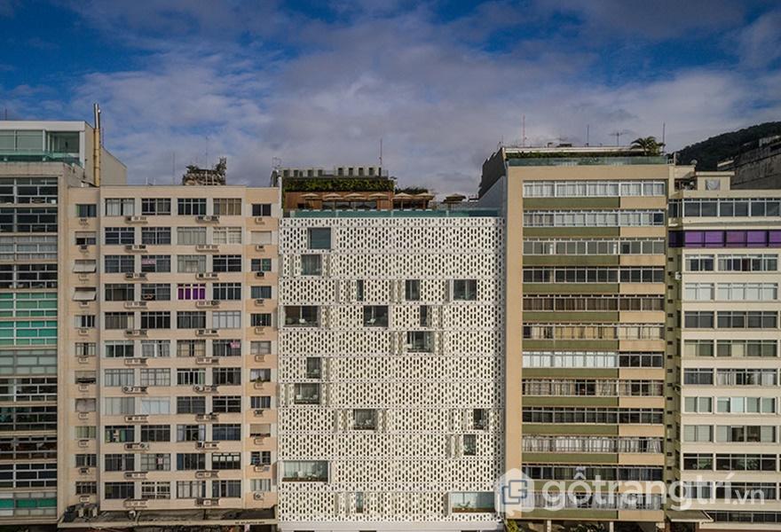 Thiết kế khách sạn Emiliano nhìn từ xa, trên cùng của khách sạn có một hồ bơi và một cái boong (ảnh: ELLE DÉCOR)
