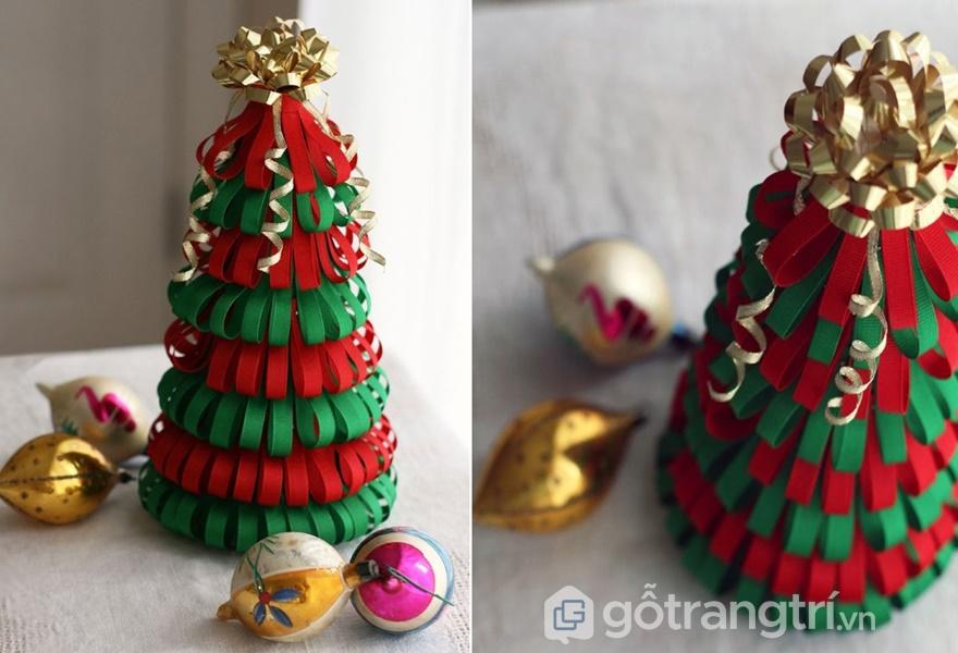 Trang trí bàn làm việc cho giáng sinh với cây thông nhỏ xinh