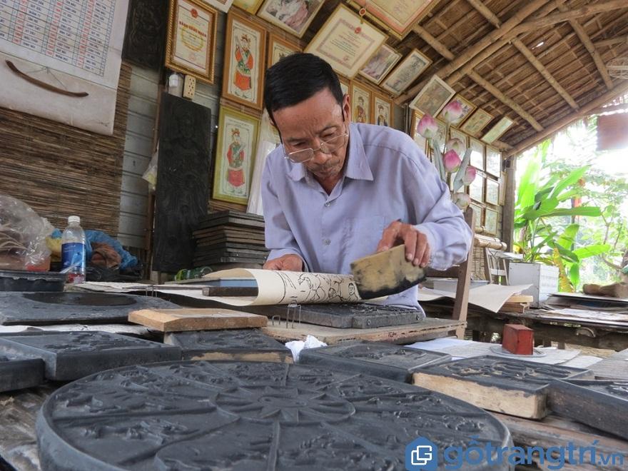 Nghệ nhân Nguyễn Hữu Phước - người đang giữ gìn và phát huy dòng tranh dân gian này với tuổi đời làm nghề hơn 60 năm  (ảnh: Internet)