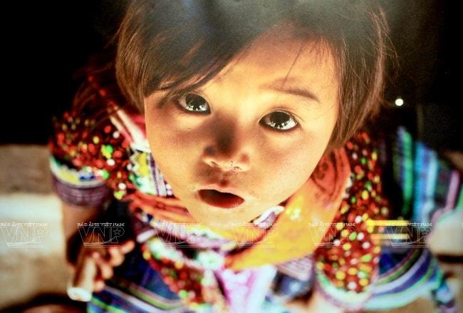 Đôi mắt trong trẻo của em bé người Mông qua ống kính của nhiếp ảnh gia Pháp Réhahn Croquevielle