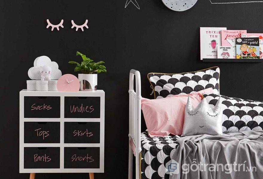 Tường bảng đen gần giường ngủ của trẻ (ảnh internet)