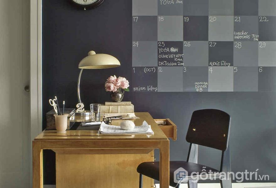 Bảng đen gần bàn làm việc (ảnh internet)