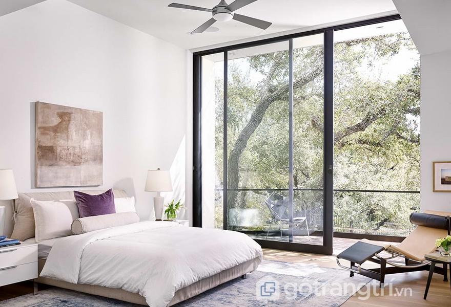 Phòng ngủ hiện đại mang nét đẹp dịu dàng với vách tường bằng kính (Ảnh internet)