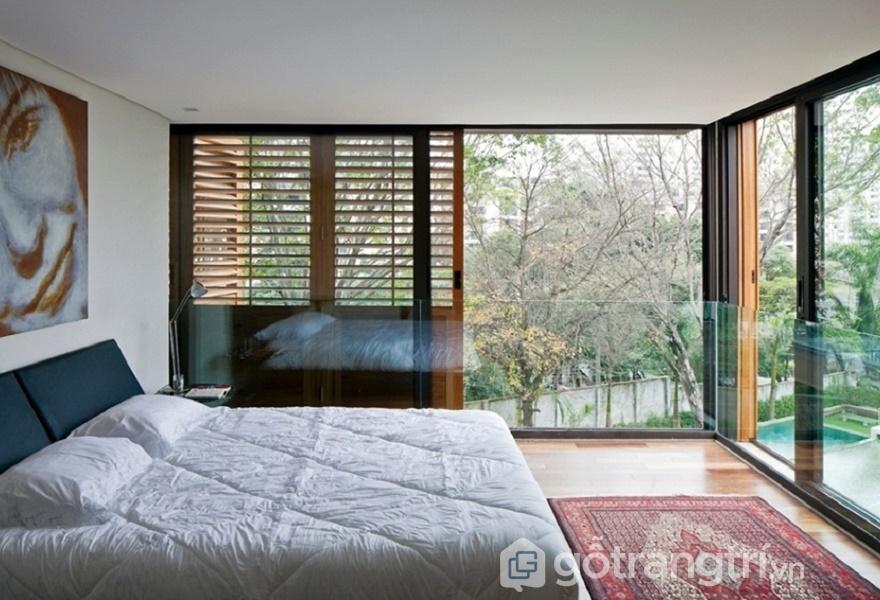 Bạn có thể thoải mái ngắm nhìn khung cảnh bên ngoài với mẫu thiết kế phòng ngủ này (Ảnh Internet)
