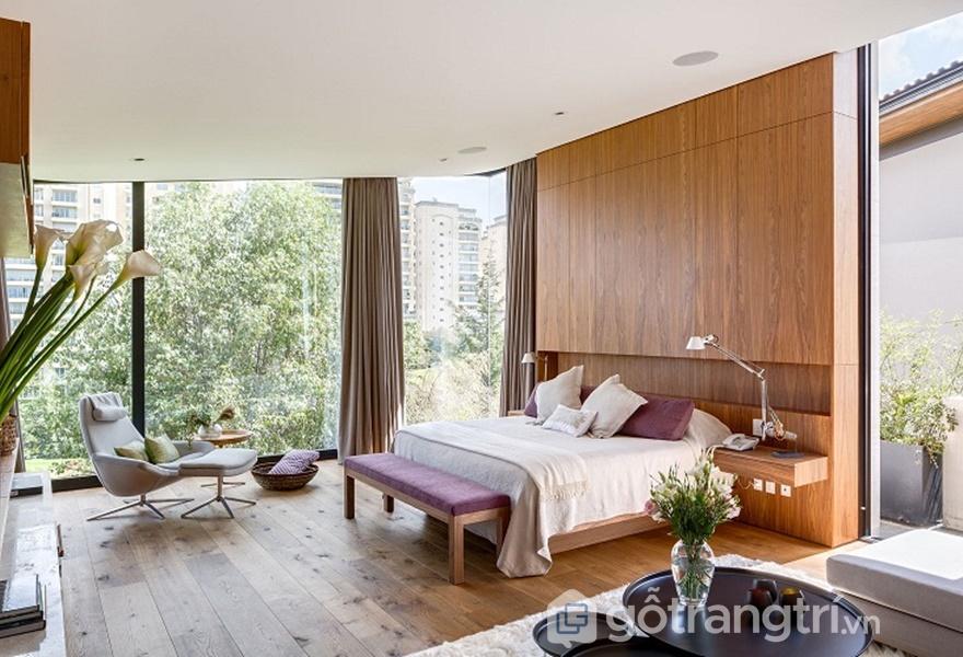 Phòng ngủ sang chảnh nhưng vẫn đảm bảo sự thân thiện, gần gũi nhờ vách tường bằng kính (Ảnh Internet)
