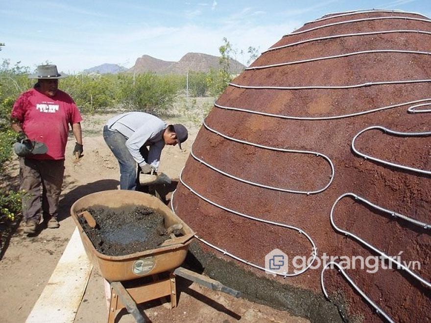 Bụi thép được nén và tạo thành 1 khối bê tông thực thụ, chắc chắn - Ảnh: David Stone