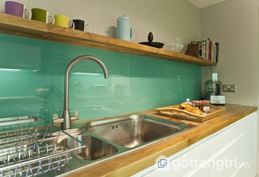 Tấm mica màu ốp bếp còn có ưu điểm là không thấm nước, khó bám bụi, dễ lau chùi hơn so với dòng vật liệu khác như: gỗ, gạch ốp lát - Ảnh: Internet