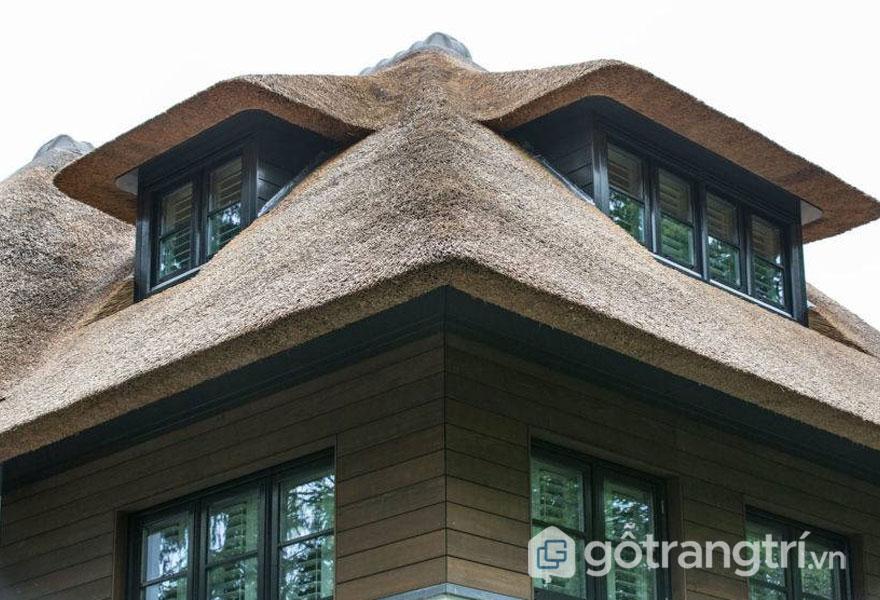 Mưa gió không thể xuyên qua mái nhà rơm chắc chắn này (Ảnh: Internet)