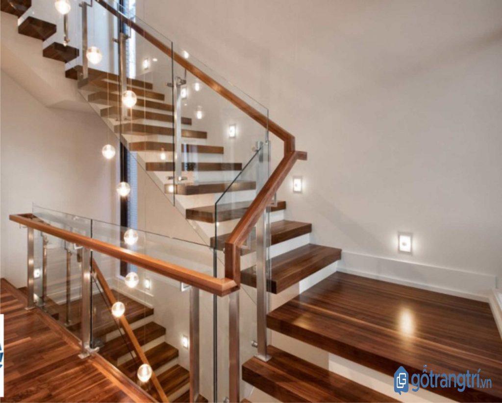 Khu vực cầu thang trở nên lung linh hơn nhờ đèn trang trí đẹp. (ảnh: internet)