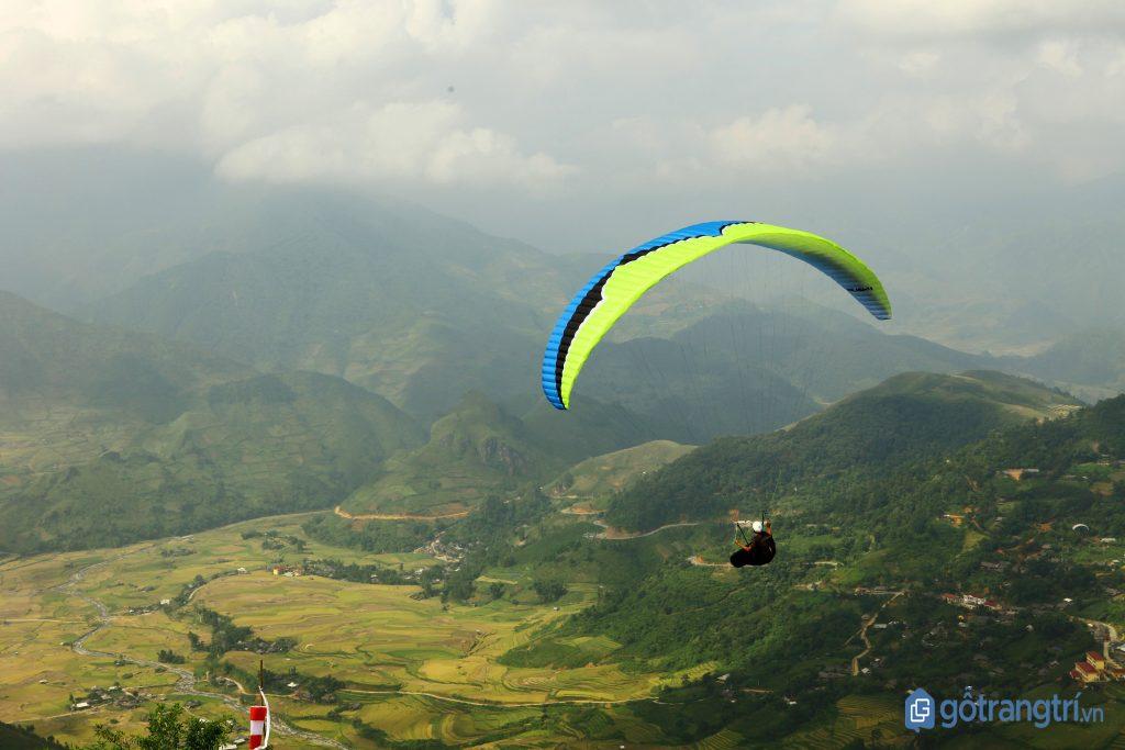 Ngắm nghía cảnh sắc tuyệt đẹp bên dưới bay dù lượn. (ảnh: internet)