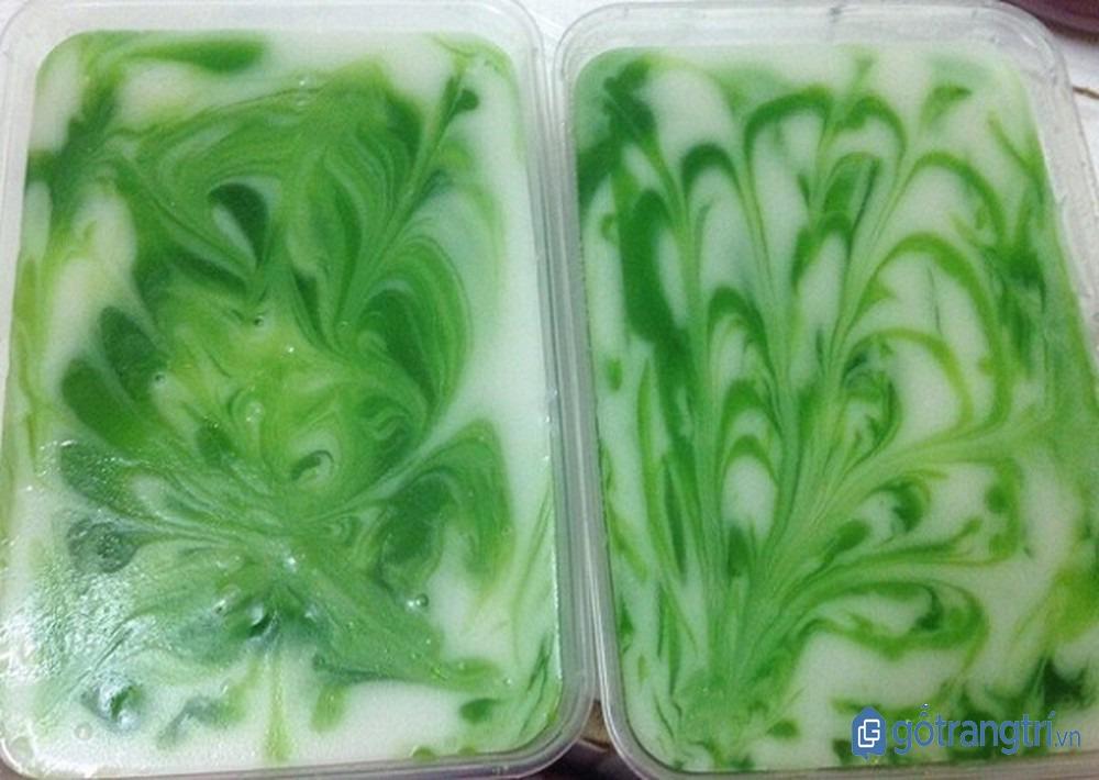 Cho khuôn thạch rau câu vào tủ lạnh, chờ đông và thưởng thức. (ảnh: internet)