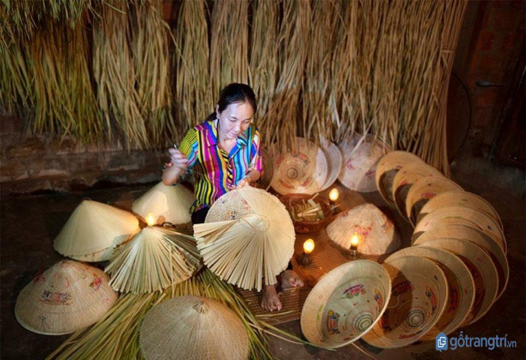 Nghệ nhân làng nón ngựa Phú Gia làm nón bên ngọn đèn dầu. (ảnh: internet)