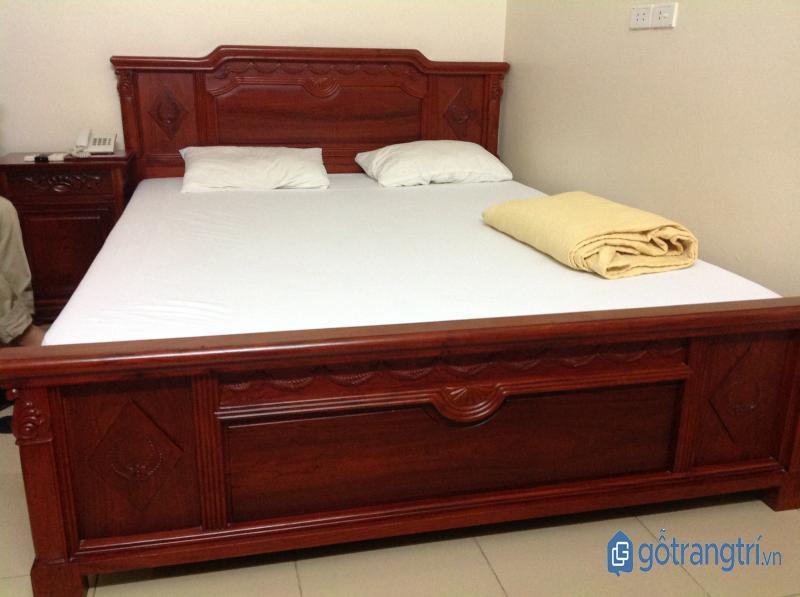 Giường ngủ đẹp bằng gỗ sồi sang trọng, bền đẹp. (ảnh: internet)