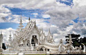 Wat Rong Khun được kết hợp với lối kiến trúc chùa cổ điển của Thái và phong cách siêu thực - Ảnh internet