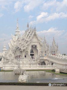 Bao quanh ngôi chùa là một công viên có hồ cá và những tác phẩm điêu khắc màu trắng - Ảnh internet