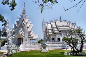Ở xung quanh khuôn viên Wat Rong Khun có rất nhiều cây cổ thụ với hàng ngàn dây treo nguyện ước. - Ảnh internet
