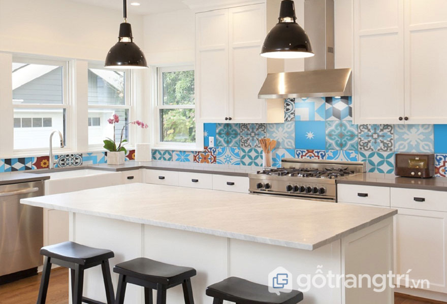 Sự tương phản giữa màu đen của ghế và màu trắng tủ bếp là điểm nhất của thiết kế Art Deco (Ảnh: Internet)