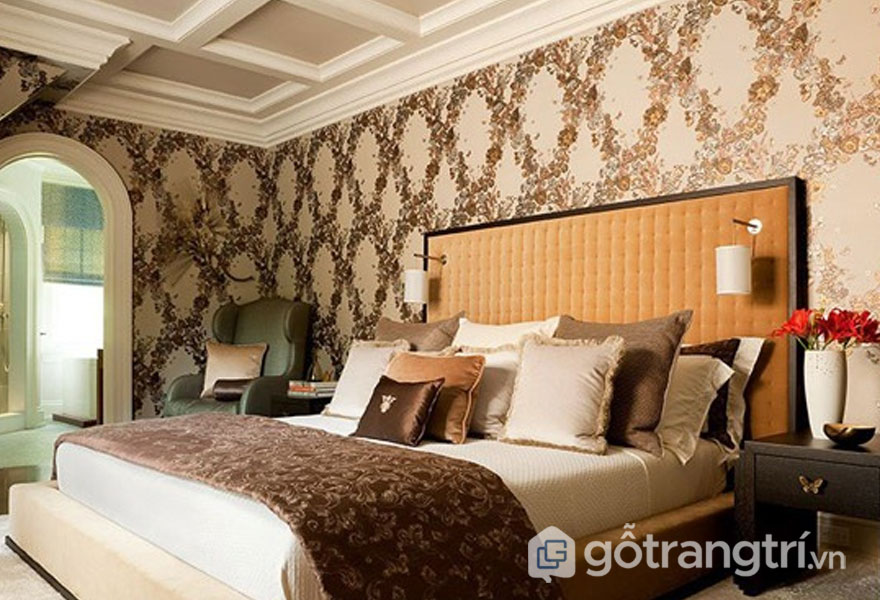 Tường phòng được trang trí họa tiết hoa văn màu kem và nâu (Ảnh: Internet)