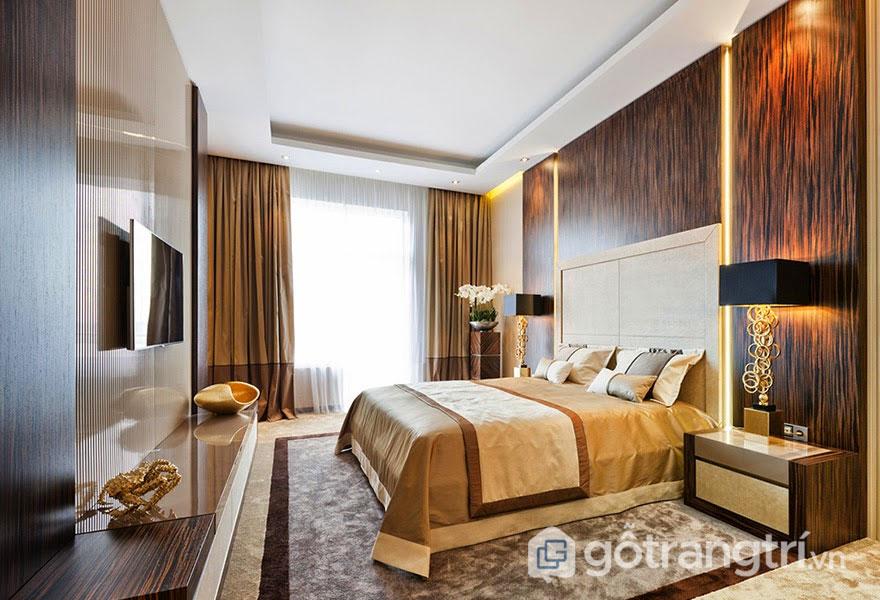 Thiết kế Art Deco cho căn phòng ngủ xa hoa, lộng lẫy tường ốp gỗ, đèn ngủ màu vàng sáng (Ảnh: Internet)