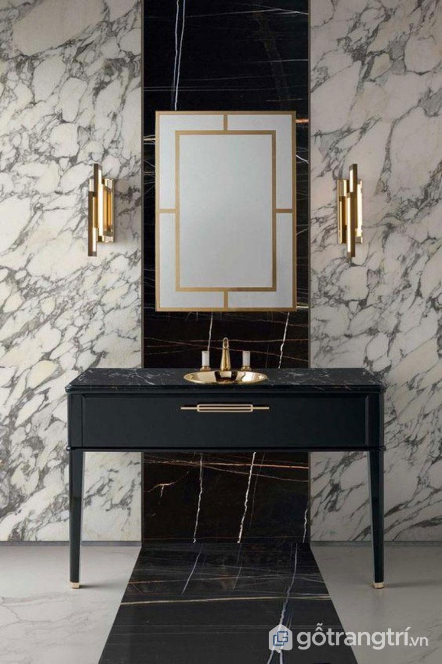 Thiết kế Art Deco của căn phòng tắm khi sử dụng đá cẩm thạch trắng với vân đen hòa quyện màu vàng sáng của kim loại (Ảnh: Internet)