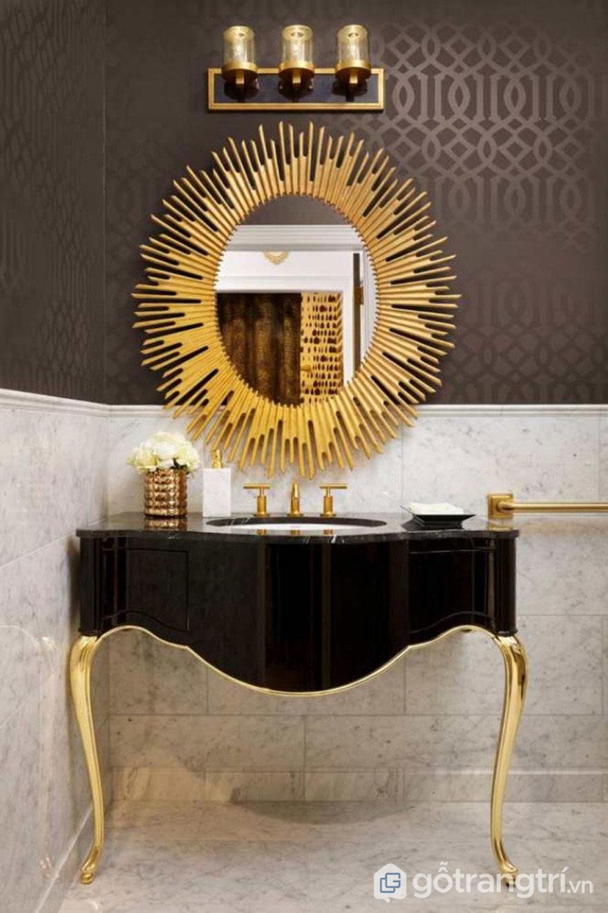 Chiếc gương soi màu vàng màu sáng nổi bật trong thiết kế Art Deco (Ảnh: Internet)