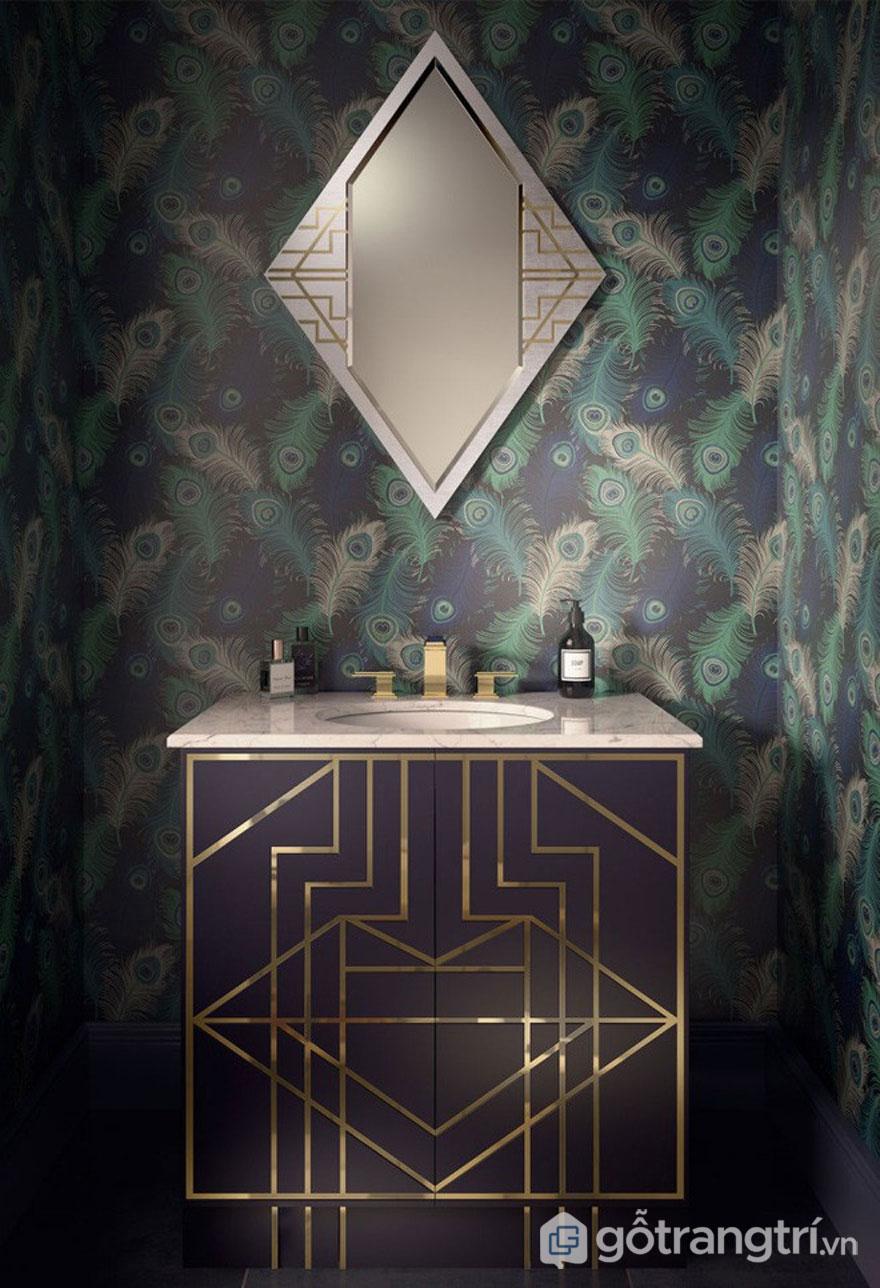 Tường phòng tắm tô điểm hình con công lạ mắt (Ảnh: Internet)