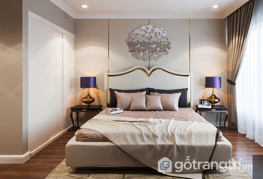 Phòng ngủ thanh lịch khi sàn gỗ được trải thảm hình học, đèn ngủ màu vàng sáng (Ảnh: Internet)