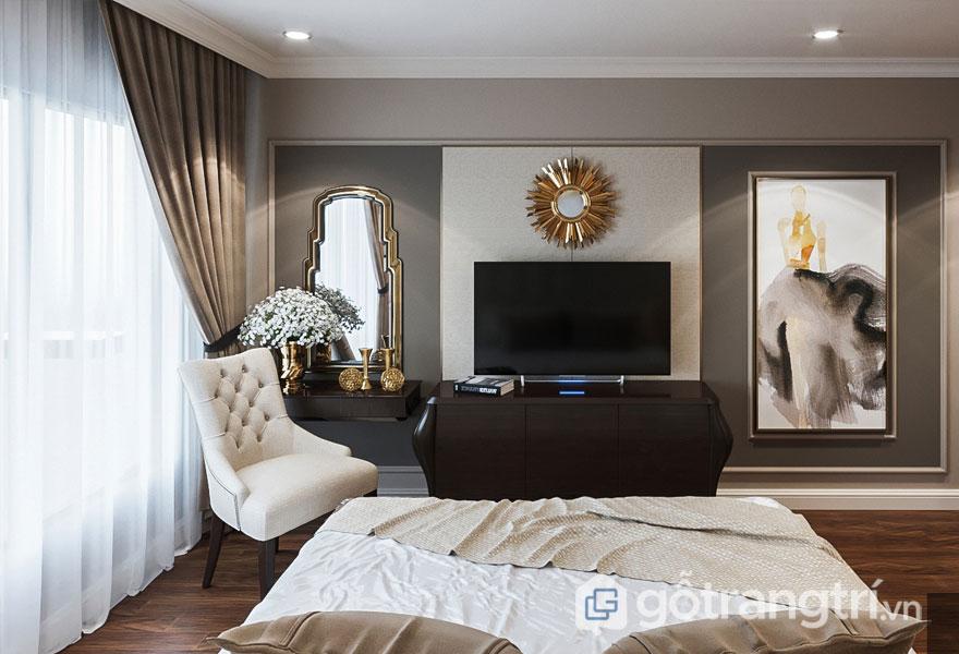 Căn phòng ngủ nổi bật với chiếc đồng hồ màu vàng sáng, ghế ngồi màu kèm (Ảnh: Internet)