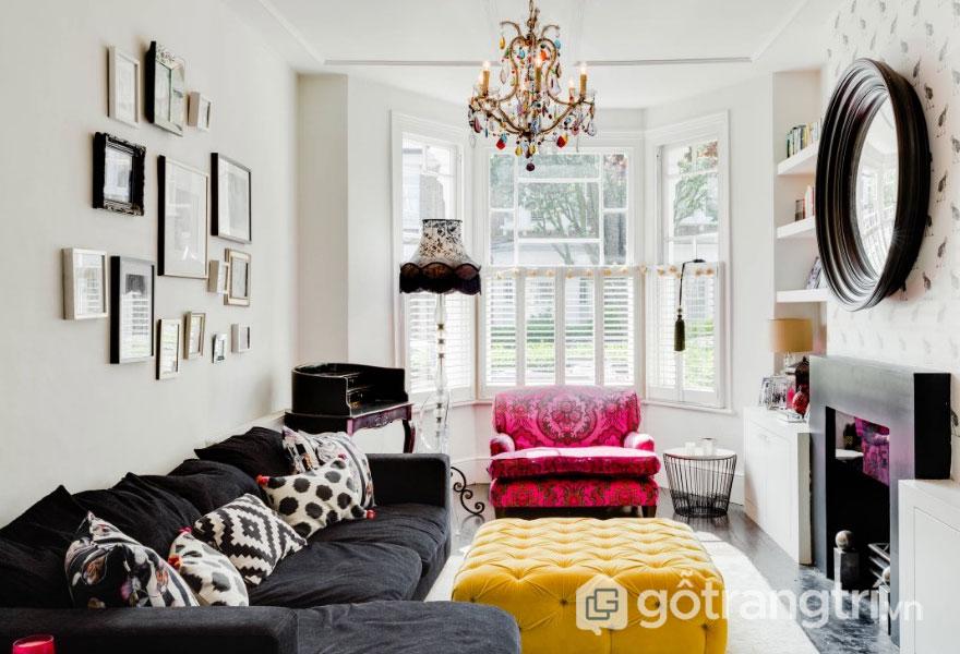 Phòng khách đậm chất hơn với ghế sofa màu hồng họa tiết và đèn chùm trang trí (Ảnh: Internet)