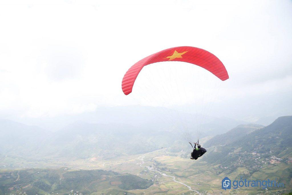 Chiếc dù lượn hình cờ Tổ quốc tung bay trước gió. (ảnh: internet)