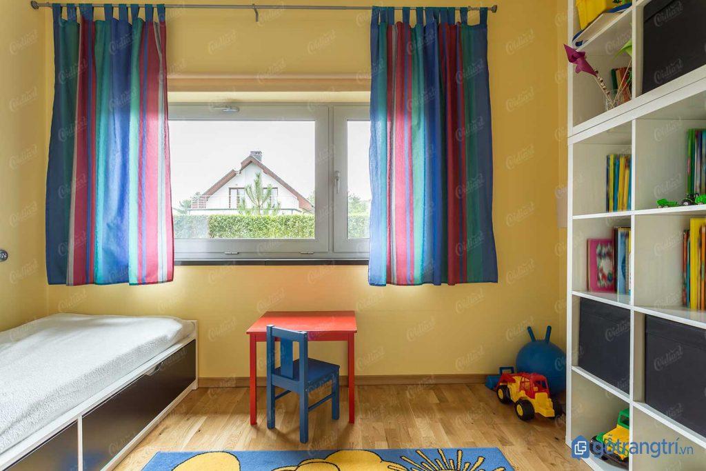 Trang trí phòng ngủ cho bé trai bằng rèm cửa nhiều màu sắc. (ảnh: internet)