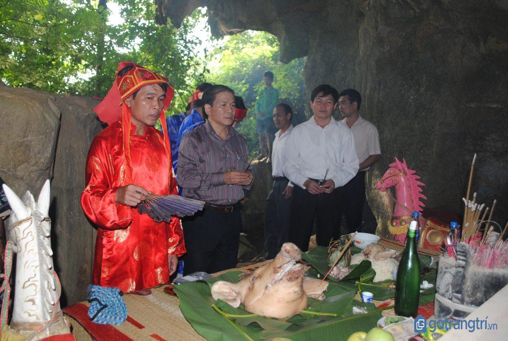 Phần lễ tế của lễ hội Căm Mường tổ chức dưới gốc cây cổ thụ của làng. (ảnh: internet)
